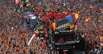 Thousands greet Spain's heroes